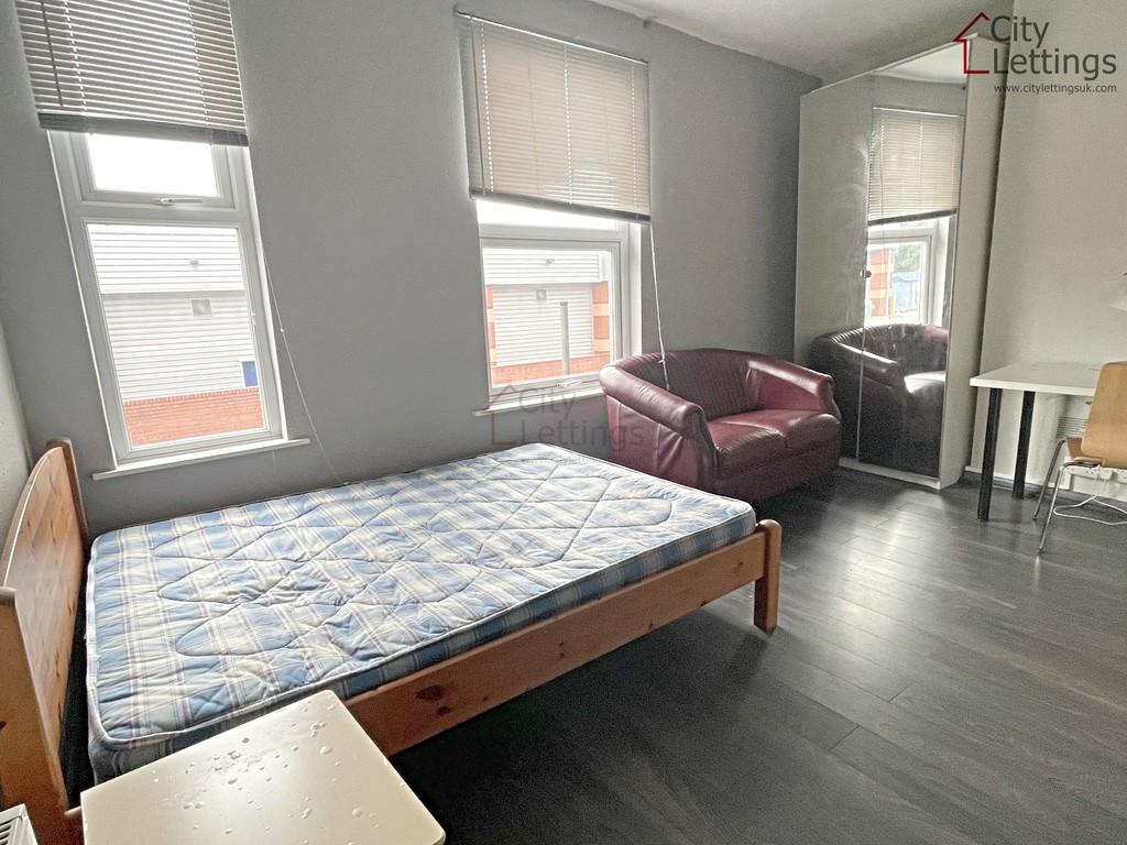 Ideally located studio flat